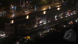 Akibat ruas jalan yang tergenang banjir banyak pengguna jalan terutama mobil untuk menggunakan jalan Tol, akibatnya terjadi kemacetan yang cukup panjang, Jakarta, Senin (9/2/2015). (Liputan6.com/Faizal Fanani)