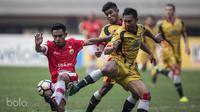 Gelandang Persija Jakarta, Abrizal Umanailo, berusaha melewati bek Mitra Kukar, Saepuloh Maulana, pada laga Liga 1 di Stadion Patriot, Bekasi, Minggu (14/5/2017). Kedua tim bermain imbang 1-1. (Bola.com/Vitalis Yogi Trisna)