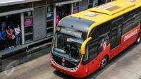 Sejumlah penumpang menunggu bus Transjakarta di Halte Harmoni, Jakarta, Rabu (6/1/2016). Mulai 17 Januari mendatang, penghuni rusunawa bisa gratis naik bus Transjakarta hanya dengan menunjukan KTP sesuai domisili rusun. (Liputan6.com/Faizal Fanani)