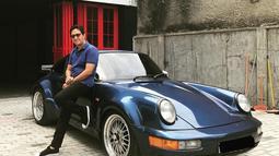 Bagi Andre, mobil-mobil antik memiliki keistimewaan tersendiri. Seperti saat Andre memamerkan mobil antik berwarna biru tua. Mobil tersebut terlihat unik dengan dua lampu klasik yang berada di bagian depan mobil tersebut. (Liputan6.com/IG/@andreastaulany)