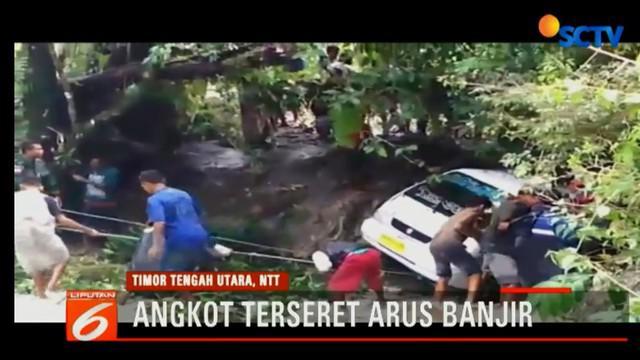 Warga dan TNI bahu membahu untuk evakuasi angkot yang terseret arus banjir.
