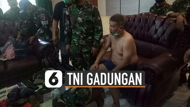 TNI menangkap pria paruh baya di Bondowoso. Karena ketahuan mengaku sebagai seorang prajurit TNI AU dengan pangkat kolonel.