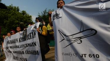 Massa aksi keluarga korban pesawat Lion Air JT610 yang jatuh diperairan Karawang, Jawa Barat melakukan aksi damai di depan Istana Negara, Jakarta, Kamis, (13/12). Mereka menuntut pemerintah untuk melakukan pencarian ulang korban. (Merdeka.com/Imam Buhori)