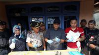 Polisi menggeledah rumah terduga teroris Cirebon IM di Majalengka (Liputan6.com/ Panji Prayitno)