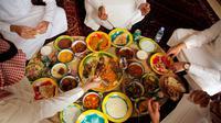 Suasana saat warga memakan makanan tradisional di sebuah restoran di Riyadh, Arab Saudi, 8 Maret 2018. Sebanyak 20 situs Islam penting di Makkah dan Madinah sedang direhab dan disiapkan untuk menerima pengunjung. (AP Photo/Amr Nabil)