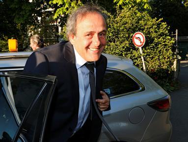 Mantan Presiden UEFA Michel Platini keluar dari mobil saat tiba untuk menjalani sidang di Pengadilan Arbitrase Olahraga Internasional (CAS) di Swiss (29/4). Platini dihukum atas transaksi ilegal dengan mantan presiden FIFA.  (REUTERS/Denis Balibouse)