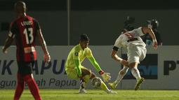 Pemain Persija Jakarta, Marko Simic (kanan) berusaha menendang bola ke gawang Persipura Jayapura yang dijaga oleh Fitrul Dwi Rustapa dalam laga pekan ke-3 BRI Liga 1 2021/2022 di Indomilk Arena, Tangerang, Minggu (19/9/2021). Kedua tim bermain imbang 0-0. (Bola.com/Ikhwan Yanuar)