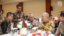 Wapres RI ke-6, Try Sutrisno berbincang dengan Menteri ESDM Ignasius Jonan dan Menteri PUPR Basuki Hadimuljono saat menghadiri pemberian penghargaan Prestasi Penyelenggaraan Lebaran 2017, Jakarta, Selasa (1/8). (Liputan6.com/Faizal Fanani)