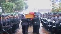 Korban ledakan granat di kampus Haluoleo akhirnya dimakamkan. Sementara itu, penyidik Polda Metro Jaya kembali memeriksa Zaskia Gotik.