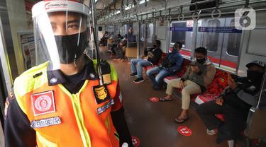 FOTO: Penerapan Pembatasan Penumpang Dalam Gerbong KRL