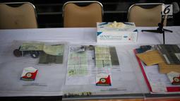 Barang bukti berupa STNK dan kunci kendaraan diperlihatkan dalam gelar kasus penggelapan di Polda Metro Jaya, Rabu (18/9/2019). Subdit 6 Ditreskrimum PMJ mengungkap kejahatan penggelapan mobil dengan barang bukti 28 kendaraan roda empat dan sejumlah tersangka. (Liputan6.com/Faizal Fanani)
