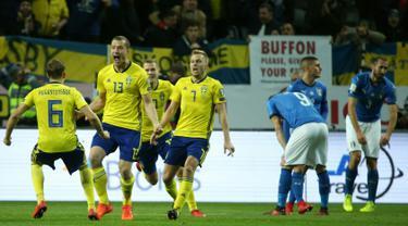 Gelandang Swedia Jakob Johansson (kedua kiri) merayakan gol bersama rekan setimnya saat melawan Italia dalam pertandingan kualifikasi Piala Dunia 2018 di Solna, Swedia (10/11). Timnas Italia takluk 0-1 dari Swedia. (AFP Photo/Soren Andersson)