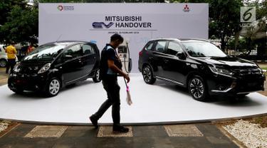 Mobil listrik terparkir di halaman Kementerian Perindustrian (Kemenperin) di Jakarta, Senin (26/2). Mitsubishi Motors menghibahkan 10 unit mobil listrik kepada pemerintah Indonesia. (Liputan6.com/JohanTallo)