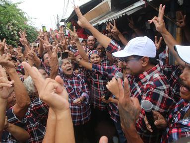 Cawagub DKI Jakarta nomer urut dua, Djarot Saiful Hidayat menyapa warga saat berkunjung ke Kampung Ambon, Cengkareng, Jakarta Barat, Kamis (2/2). Dalam kesempatan tersebut Djarot meminta kepada masyarakat untuk memerangi narkoba. (Liputan6.com)