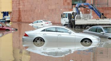 Sejumlah kendaraan terlihat di sebuah jalan yang terendam banjir menyusul hujan lebat di Kegubernuran Mubarak Al-Kabeer, Kuwait (29/11/2020). Hujan lebat melanda Kuwait pada Sabtu (28/11) malam dan Minggu (29/11) pagi waktu setempat. (Xinhua/Asad)