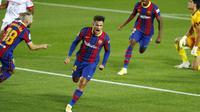 Penyerang Barcelona, Philippe Coutinho, melakukan selebrasi usai mencetak gol ke gawang Sevilla pada laga Liga Spanyol di Stadion Camp Nou, Minggu (4/10/2020). Kedua tim bermain imbang 1-1. (AP Photo/Joan Monfort)