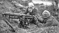 Tentara menggunakan masker gas pada Perang Dunia I, salah satu fungsinya adalah meminimalisir efek senjata kimia gas klorin. (Agence Rol / Wikimedia / Public Domain)