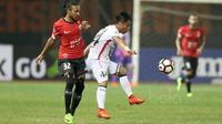 Pemain Persija Jakarta, Rohit Chan (kiri) berebut bola dengan pemain Bali United, Gede Sukadana pada lanjutan Liga 1 2017 di Stadion Patriot, Bekasi, Minggu (21/5/2017). Persija bermain imbang 0-0. (Bola.com/Nicklas Hanoatubun)