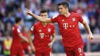 Striker Bayern Munchen, Robert Lewandowski, melakukan selebrasi usai membobol gawang Koln pada laga Bundesliga di Allianz Arena, Sabtu (21/9/2019). Bayern Munchen menang 4-0 atas Koln. (AP/Matthias Schrader)