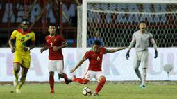 Gelandang Indonesia, Evan Dimas, menendang bola saat pertandingan persahabatan melawan Guyana di Stadion Patriot, Bekasi, Sabtu (25/11/2017). Indonesia menang 2-1 atas Guyana. (Bola.com/M Iqbal Ichsan)