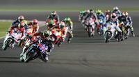 Pebalap Movistar Yamaha, Jorge Lorenzo, memimpin deretan pebalap pada balapan MotoGP Qatar di Sirkuit Losail, Senin (21/3/2016) dini hari WIB. (AFP/Karim Jaafar)