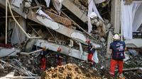 Anggota dari Pemadam Kebakaran Darurat Internasional Prancis mencari korban gempa dan tsunami di Palu, Sulteng (4/10). Lebih dari 2.500 terluka setelah gempa besar pada 28 September di daerah tersebut. (AFP Photo/Mohd Rasfan)