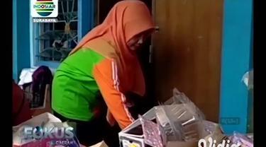 Di wilayah Pamekasan, Jawa Timur, buku pelajaran dan dokumen penting sekolah terendam banjir. Guru dan siswa mengadakan bersih-bersih sekolah.