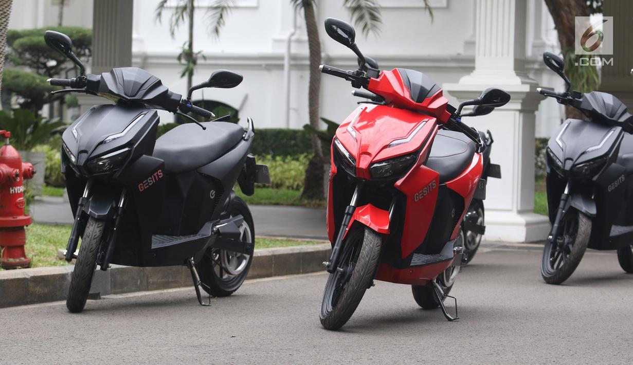 Motor Gesits terlihat di Halaman Istana Merdeka, Jakarta, Rabu (7/11). Motor Gesits ini akan diproduksi massal di pabrik perakitan yang berada di kawasan industri Wijaya Karya di Cileungsi, Bogor, Jawa Barat. (Liputan6.com/Angga Yuniar)