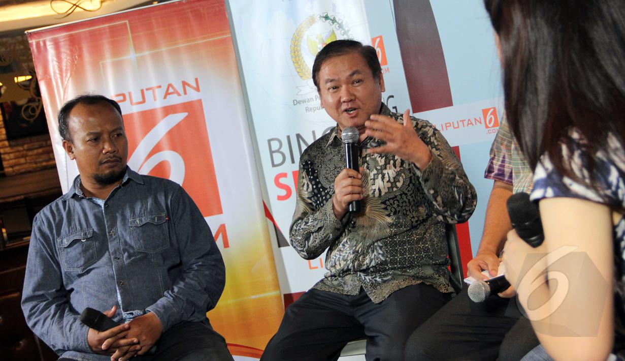 "Pengurus Harian YLKI, Tulus Abadi (kiri) dan Sekjen Persi, Dr. Wasista Budiwaluyo saat menjadi pembicara dalam diskusi bincang senator 2015 ""Nasib Pasien dan RS di Era BPJS"" di Jakarta, Minggu (5/4/2015). (Liputan6.com/Helmi Afandi)"