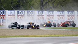 Pembalap Red Bull Max Verstappen diikuti oleh pembalap Mercedes Lewis Hamilton pada ajang balap F1 GP Emilia Romagna di Sirkuit Imola, Italia, Minggu (18/4/2021). Max Verstappen keluar sebagai juara diikuti Lewis Hamilton dan Lando Norris. (AP Photo/Luca Bruno)