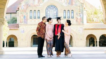 8 Momen Maudy Ayunda Lulus S2 dari Stanford University, Menawan Pakai Kebaya
