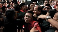 Kader PDIP Adian Napitupulu, Masinton Pasaribu bersama massa PDIP terlibat saling dorong dengan petugas keamanan saat hendak masuk ke Gedung KPU, Jakarta, Selasa (17/7). (Merdeka.com/ Iqbal S. Nugroho)