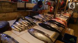 Pedagang ikan beraktivitas di Pasar Senen, Jakarta, Jumat (8/1/2021). Harga jual ikan laut saat ini mengalami lonjakan yang diakibatkan kurangnya pasokan ikan dari nelayan ke pedagang di pasar tradisional. (merdeka.com/Imam Buhori)