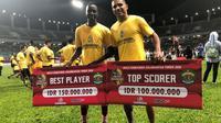 Dua pemain Sriwijaya FC, Makan Konate (kiri) dan Alberto Goncalves (kanan), saat meraih penghargaan pada Piala Gubernur Kaltim 2018, Minggu (4/3/2018). (Bola.com/Riskha Prasetya)