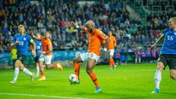 Striker Belanda, Ryan Babel, mengontrol bola saat melawan Estonia pada laga Kualifikasi Piala Eropa 2020 di Talinn, Estonia, Senin (9/9). Estonia kalah 0-4 dari Belanda. (AFP/Raigo Pajula)