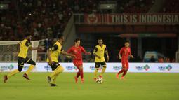 Striker Timnas Indonesia, Irfan Bachdim, menggiring bola saat melawan Vanuatu pada laga persahabatan di SUGBK, Jakarta, Sabtu (15/6). Indonesia menang 6-0 atas Vanuatu. (Bola.com/Yoppy Renato)