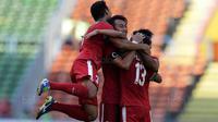 Para pemain Timnas Indonesia merayakan gol yang dicetak oleh Febri Hariyadi ke gawang Kamboja di Stadion Shah Alam, Selangor, Kamis, (24/8/2017). Indonesia menang 2-0 atas Kamboja. (Bola.com/Vitalis Yogi Trisna)