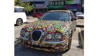 Ribuan mobil mainan menutup bodi Jaguar S-Type di Malaysia (Carscoops)