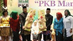 Menteri Desa, Pembangunan Daerah Tertinggal, dan Transmigrasi Eko Putro Sanjojo bersama Menteri Tenaga Kerja Hanif Dhakiri hadir dalam kegiatan nikah massal bertajuk PKB Mantu di Jakarta, Jumat (25/8). (Liputan6.com/Immanuel Antonius)