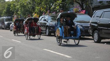 Sejumlah Tamu undangan menaiki becak menghadiri resepsi pernikahan Selvi Ananda dan Gibran di Gedung Graha Saba Buana, Solo, Jawa Tengah, Kamis (11/6/2015). Sebanyak 200 becak disediakan untuk mengantar tamu undangan. (Liputan6.com/Faizal Fanani)