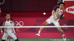 Pebulu tangkis Indonesia Mohammad Ahsan / Hendra Setiawan saat melawan pebulu tangkis Taiwan Lee Yang/Wang Chi-Lin pada pertandingan semifinal bulu tangkis ganda putra Olimpiade Tokyo 2020 di Tokyo, Jepang, Jumat (30/7/2021). Hendra / Ahsan kalah. (AP Photo/Dita Alangkara)