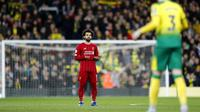 Penyerang Liverpool, Mohamed Salah, berdoa sebelum pertandingan melawan Norwich City pada laga Premier League di Stadion Carrow Road Minggu (16/2/2020). Liverpool menang 1-0 atas Norwich City. (AP/Frank Augstein)