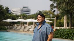 Tak hanya berenang, Ivan Gunawan juga senang menikmati suasana di kolam renang. Dengan gaya pakaian kemeja casual warna biru, Ivan terlihat begitu ceria. Penampilannya yang modis memang sangat pas untuk seorang yang menggeluti dunia fashion. (Liputan6.com/IG/@ivan_gunawan)