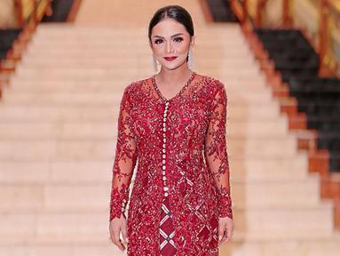 Beberapa kali tampil dihadapan publik menggunakan kebaya, gaya Krisdayanti pun selalu curi perhatian publik. Penampilannya dengan kebaya berwarna merah ini juga mendapat pujian dari netizen. (Liputan6.com/IG/@krisdayantilemos)