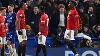 Striker Manchester United, Anthony Martial (ketiga kiri) berselebrasi dengan rekan-rekannya usai mencetak gol ke gawang Chelsea pada pertandingan lanjutan Liga Inggris di Stamford Bridge, London  (18/2/2020). MU menang 2-0 atas Chelsea. (AFP Photo/Glyn Kirk)
