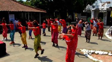 Ratusan remaja dan orang melakukan Flashmob tarian tradisional yang digelar di Keraton Kasepuhan, kota Cirebon, Jawa Barat, Sabtu siang.