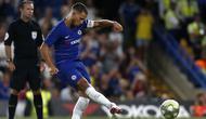 Gelandang Chelsea, Eden Hazard menendang penalti ke gawang Lyon dalam International Champions Cup (ICC) di Stamford Bridge, London, Inggris, Selasa (7/8). Chelsea menang 5-4 atas Lyon. (Ian KINGTON/AFP)