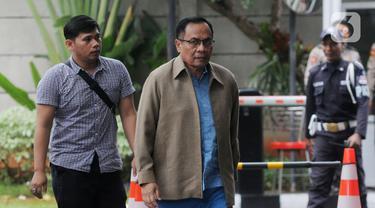 Terpidana kasus korupsi e-KTP Irman (kanan) tiba di Gedung KPK, Jakarta, Kamis (12/12/2019). Mantan Dirjen Dukcapil Kemendagri tersebut diperiksa untuk pengembangan kasus korupsi proyek pengadaan e-KTP. (merdeka.com/Dwi Narwoko)