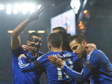 Diego Costa (kiri) merayakan golnya bersama rekannya saat mengalahkan Newcastle United 5-1 pada Lanjutan Liga Inggris pekan ke-26 di Stadion Stamford Bridge, London, MInggu (14/2/2016) dini hari WIB. (AFP/Glyn Kirk)