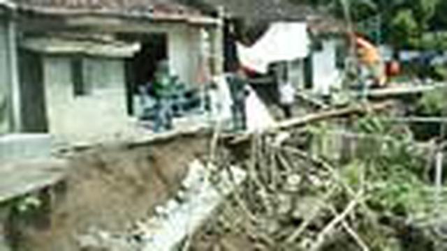 Tebing kali Karanganyar, Kota Solo, Jateng, ambrol akibat diterjang banjir menyusul hujan deras selama dua jam. Sejumlah rumah warga dan fasilitas jalan rusak parah.